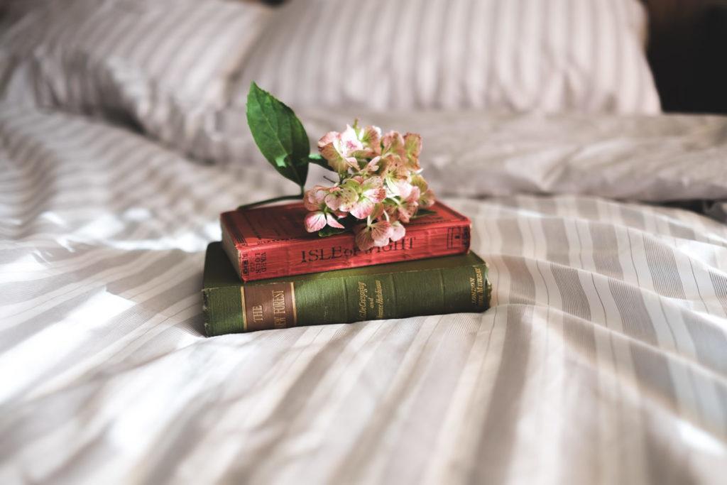 knjiga i caj u krevetu